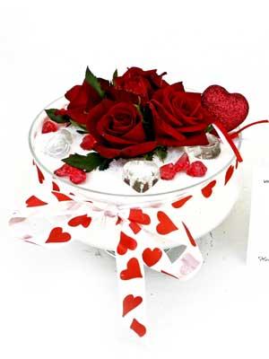 Eryaman Ankara ucuz çiçek gönder  7 adet gül cam içinde ve süslemeler şık bir çiçek