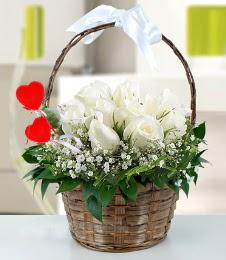 Sepet içerisinde 7 adet beyaz gül  Eryaman çiçekçi telefonları eryaman çiçek
