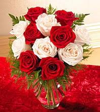 Ankara Eryaman hediye sevgilime hediye çiçek  5 adet kirmizi 5 adet beyaz gül cam vazoda