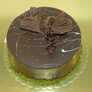 pastaci ustamizdan 4 ile 6 kisilik fistikli çikolatali yaspasta  Eryaman ankaradaki internetten çiçek siparişi