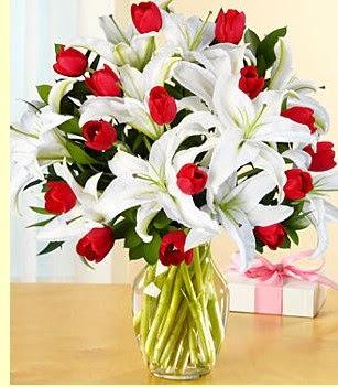 Eryaman çiçekçi telefonları eryaman çiçek  3 kazablanka 10 kırmızı gül vazosu