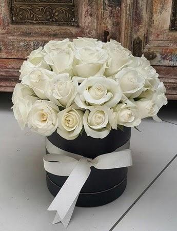 33 adet beyaz gülden görsel kutu tanzimi  Eryaman Ankara ucuz çiçek gönder